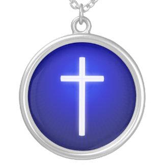 Cruz religiosa blanca del resplandor collar plateado