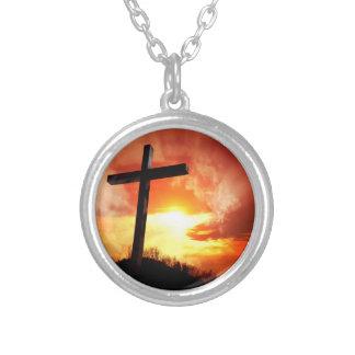 Cruz religiosa de Pascua en la puesta del sol Collar Plateado
