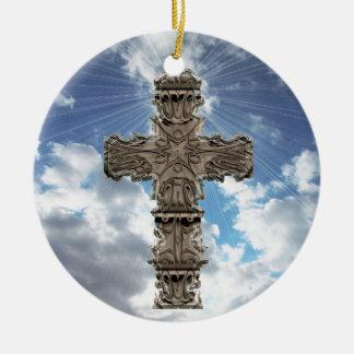 Cruz religiosa en el ornamento de los cielos azule adornos