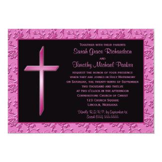 Cruz rosada cristiana en la invitación negra del