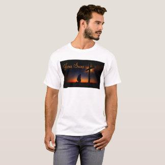 Cruz santa en la puesta del sol (personalice) camiseta