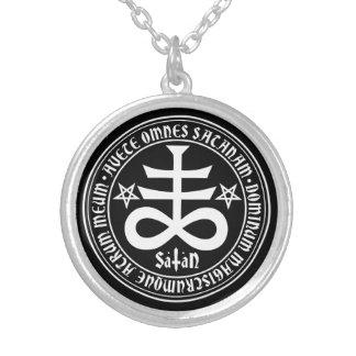 Cruz satánica con el texto y los Pentagrams de Collar Plateado