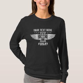 Cruz y alas del hierro del polluelo del motorista camiseta