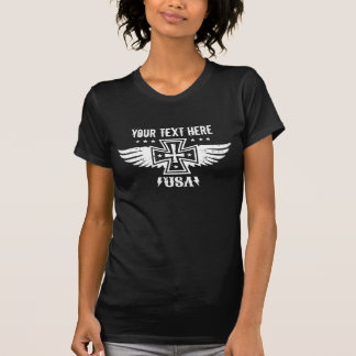 Cruz y alas del hierro del polluelo del motorista camisetas