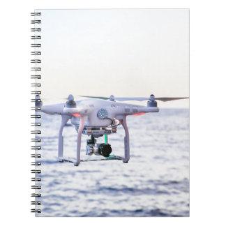 Cuaderno Abejón del vuelo en la costa sobre el mar