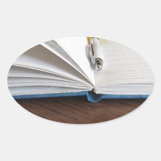Cuaderno alineado espacio en blanco abierto con la pegatina ovalada