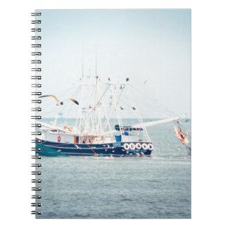 Cuaderno Barco azul del camarón en el océano