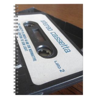 Cuaderno Cinta de casete audio del vintage en la tabla de