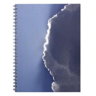 Cuaderno con la foto de la nube con el lado