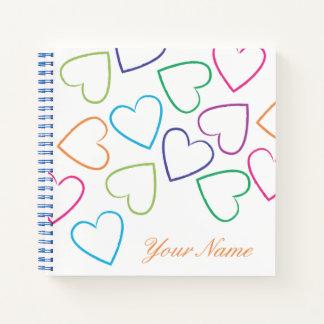 Cuaderno Corazones coloreados multi en un fondo blanco