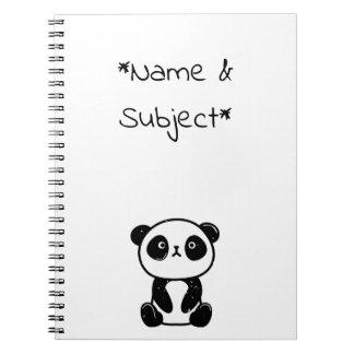 Cuaderno del oso de panda que se sienta