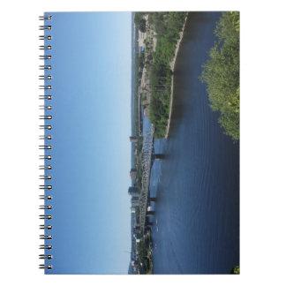 Cuaderno del puente del río de la ciudad de