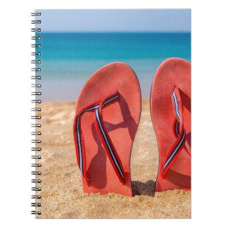 Cuaderno Dos deslizadores rojos verticales en la arena de