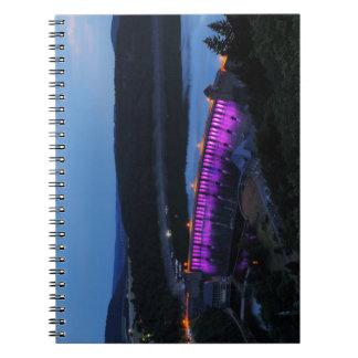 Cuaderno Edersee Staumauer iluminado a la caída de la tarde