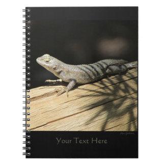 Cuaderno espiral adaptable del lagarto de cerca