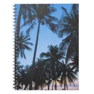 Cuaderno espiral de la silueta tropical de las