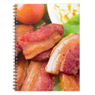 Cuaderno Haga fragmentos del primer del plato con la