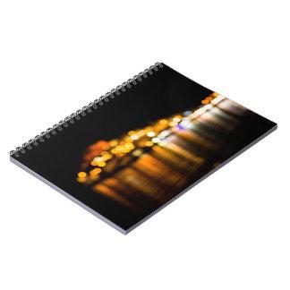 Cuaderno Horizonte Defocused de la noche de una ciudad