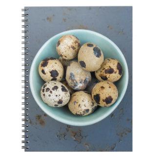 Cuaderno Huevos de codornices en un cuenco verde