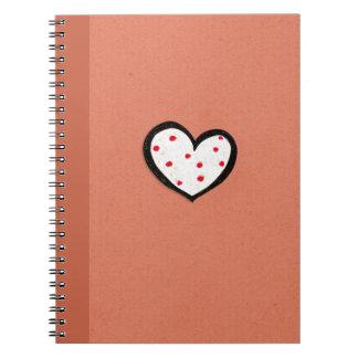 Cuaderno manchado del rojo de Kraft del corazón