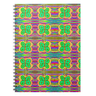 Cuaderno mariposa amarilla con colores en el fondo