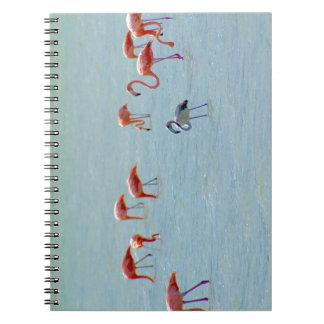 Cuaderno Multitud gris y rosada de los flamencos en el lago