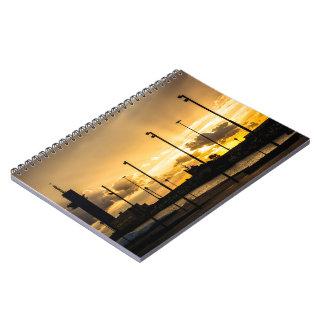 Cuaderno Puesta del sol con los rayos de la luz que filtran