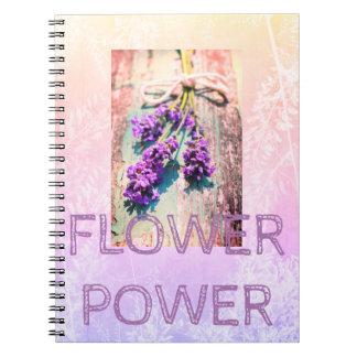 Cuaderno púrpura floral con las flores hermosas