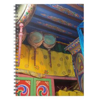 Cuaderno Tambores dentro de un templo