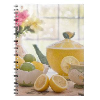 Cuaderno Té de tarde caliente con los limones frescos