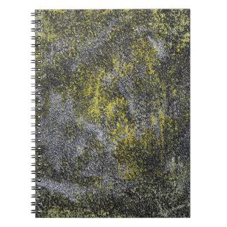 Cuaderno Tinta blanco y negro en fondo amarillo