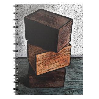 Cuaderno Tres cajas de madera en el aparador