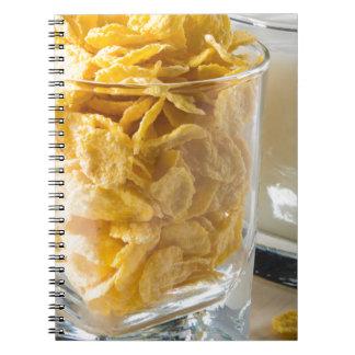 Cuaderno Vidrio de cereal seco y un vidrio de leche