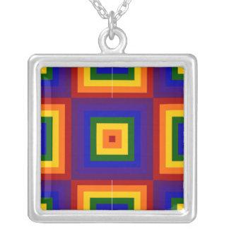 Cuadrados del arco iris collar plateado