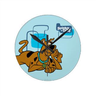 Cuadrados retros Scooby-Doo que se acuesta Reloj Redondo Mediano