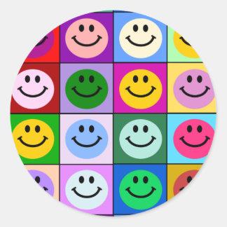 Cuadrados sonrientes multicolores pegatina redonda