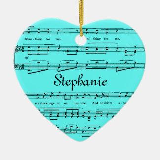 Cualquie partitura del fondo del color adorno de cerámica en forma de corazón