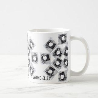Cualquier persona llama diseño del teléfono en la taza de café