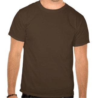 Cuando el café golpea adentro la camisa de Brown c
