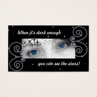 Cuando es bastante oscuro usted puede ver las tarjeta de negocios