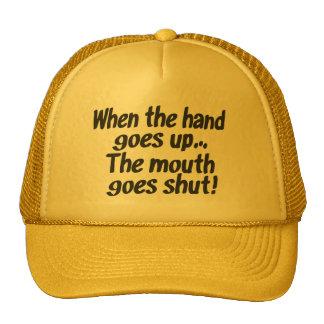 Cuando la mano va encima de la boca va el gorra