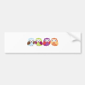 Cuatro búhos coloridos etiqueta de parachoque