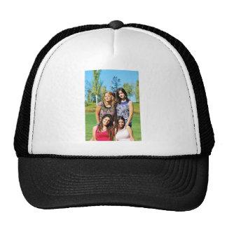 cuatro chicas gorras