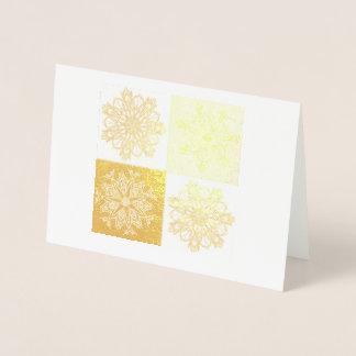 Cuatro copos de nieve que ponen en contraste en tarjeta con relieve metalizado