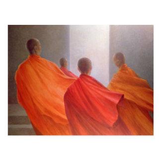 Cuatro monjes en pasos del templo postal