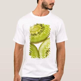 Cuatro pedazos de kiwi cortado camiseta