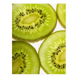 Cuatro pedazos de kiwi cortado postal