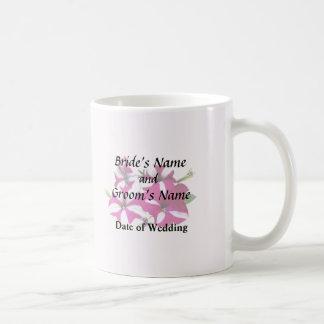 Cuatro rojos y petunias blancas que casan fuentes taza de café