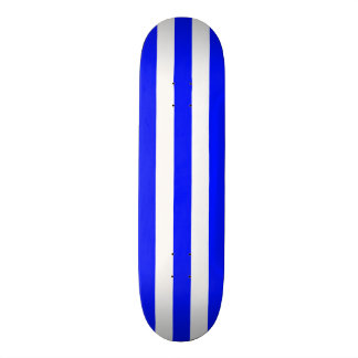 Cubierta azul y blanca del monopatín de la raya