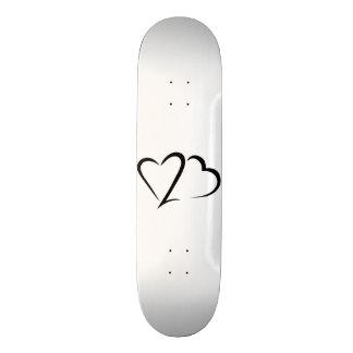 Cubierta blanca y negra de la marca del corazón tabla de skate